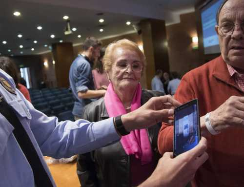 Los Mossos d'Esquadra y Fafac presentan unas pulseras para identificar a los enfermos de Alzheimer que se pierdan