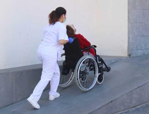 La gent gran en risc de ser desatesa tindrà prioritat per accedir a una residència