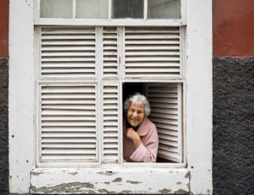 Dona més gran de 80 anys, amb baix nivell educatiu, perfil de la persona major que més ha sofert el confinament