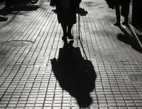 Un anciano muere en soledad cada dos días en Barcelona