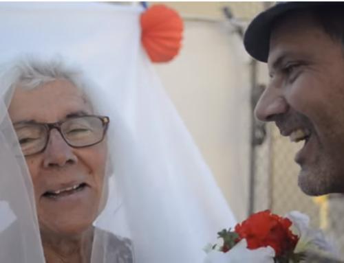 """""""Em vaig casar amb la meva mare, que tenia Alzheimer, per afrontar la malaltia amb humor"""""""